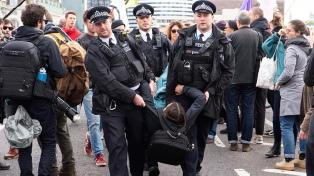 Activistas protestan en Londres contra el financiamiento de los combustibles fósiles