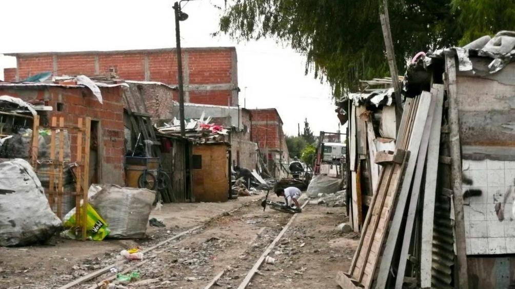 El arzobispo de Rosario asegura que en esa ciudad cien mil personas viven en asentamientos.