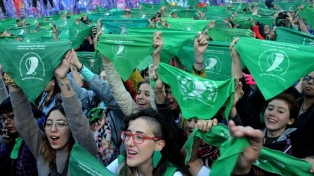 Miles de pañuelos verdes coparon el centro en favor de aborto legal