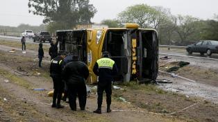 Tres muertos y 34 heridos de distinta gravedad al volcar un micro en San Miguel de Tucumán