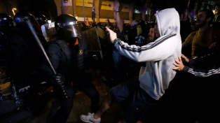 Nuevos enfrentamientos entre manifestantes y policías en Barcelona