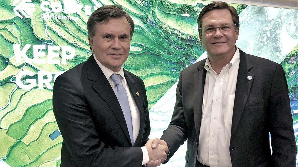 Manuel Otero (derecha) con Jim Collins, CEO de la empresa Corteva Agriscience.