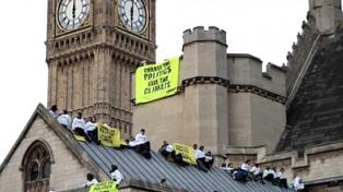 Manifestantes ecologistas suben al Big Ben y marchan por el centro de Londres