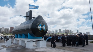 Presentaron una réplica del Ara San Juan en homenaje a sus tripulantes