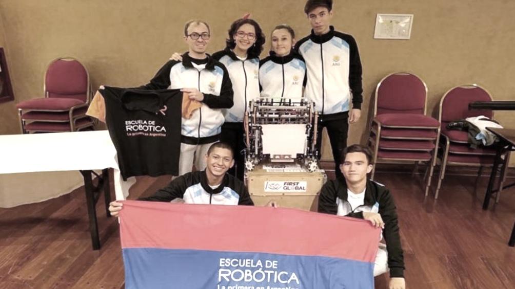 Cinco estudiantes misioneros con su robot «Julito» representarán al país en el Mundial de Robótica