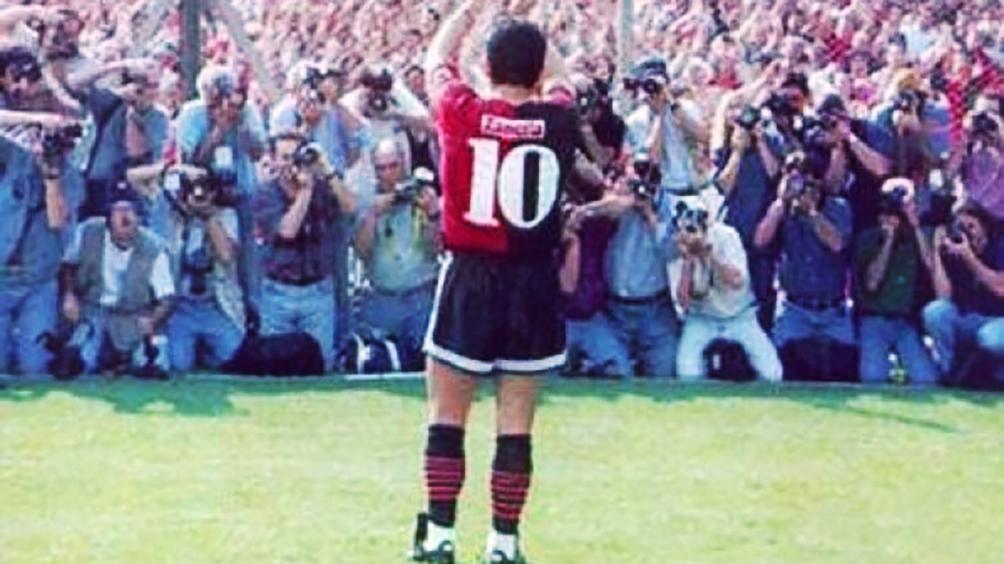 Le regalarán a Maradona una camiseta que usó en 1993
