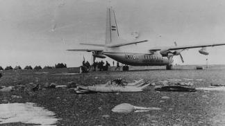 El Fokker F-27 aterriza en la base antártica.