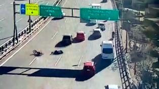 Buscan testigos luego de ser atropellados en su moto en la autopista para que no cierren la causa