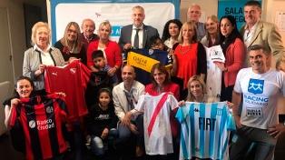 """Clubes de Primera entregaron """"batitas de hospital"""" para los chicos del Garrahan"""