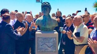 Mar del Plata rinde homenaje a Fangio con un busto en el boulevard Peralta Ramos