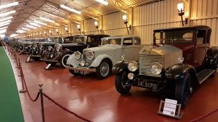 La colección de Rolls Royce que seduce bajo una torre vizcaína del siglo XIV
