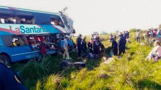Al menos cuatro muertos y más de diez heridos al chocar un micro y un camión en la ruta 14