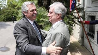 Fernández apoyó en Montevideo al Frente Amplio