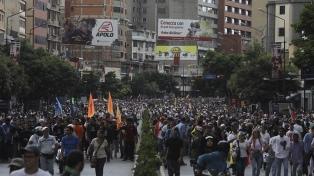 """Guaidó llama a """"insistir"""" hasta que los militares le den la espalda a Maduro"""