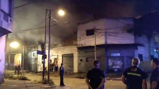 Unas 15 dotaciones de bomberos trabajan para sofocar un incendio en un depósito