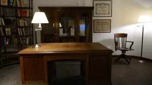 El escritorio y la biblioteca de Raúl Alfonsín se exhiben en la Biblioteca Nacional