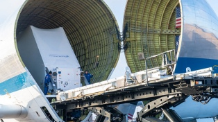 Un gigantesco avión de la NASA transporta una nave espacial