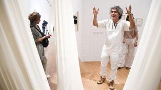 """El brasileño Ernesto Neto invita a """"caminar sobre la poesía de este mundo"""""""