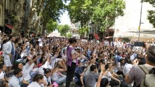 Tras la represión en la Legislatura, los residentes de medicina paran y marchan en el centro porteño