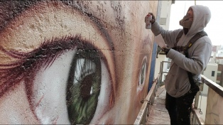 Con retratos de Messi, Sinatra y Greta Thunberg, un argentino vuelve murales las paredes