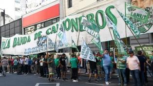 Camioneros realizaron una marcha a Trabajo en reclamo del pago de un bono