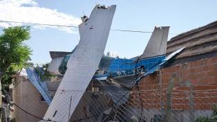 Una avioneta cayó sobre una casa abandonada: no hay heridos