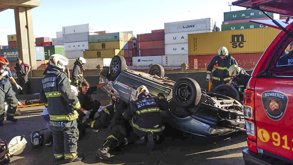 Choque y vuelco en el puente Avellaneda: murió una adolescente y seis jóvenes resultaron heridos