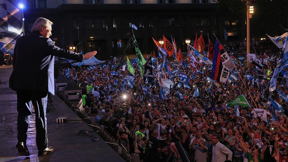 Las multitudes de la Plaza de Mayo celebran la victoria electoral