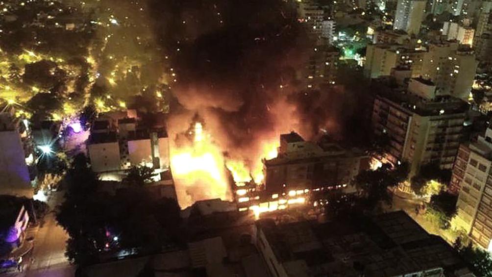 Un gran incendio se desató en un mayorista y evacuaron a cerca de cien vecinos