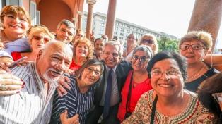 El Presidente compartió una merienda con jubilados en la Casa Rosada