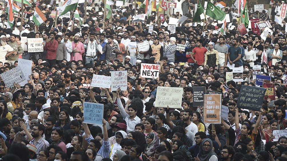 Policía prohíbe protestas en medio de creciente indignación por ley de ciudadanía