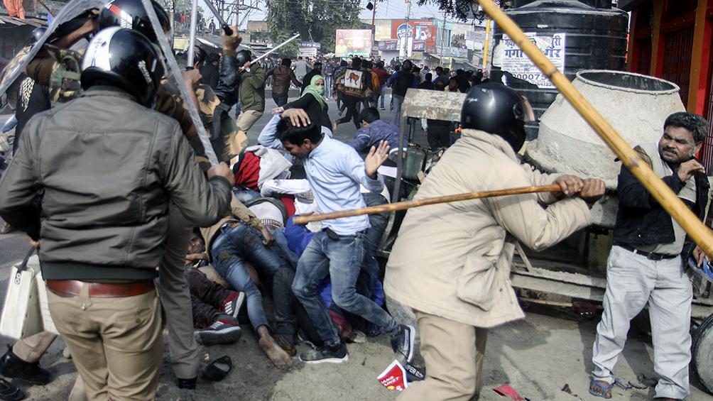 Al menos 23 muertos, entre ellos un jefe de la Policía, en las protestas en India
