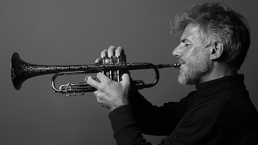 La trompeta y las cuerdas se combinan en el