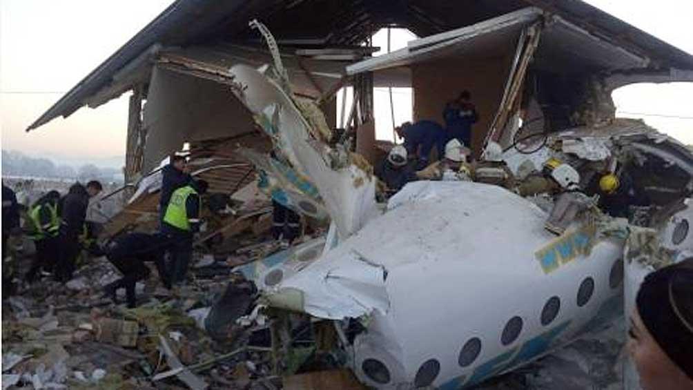 Al menos 12 muertos al caer un avión de pasajeros con 100 personas a bordo