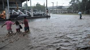 Un centenar de evacuados y crecida de ríos por temporal de lluvia