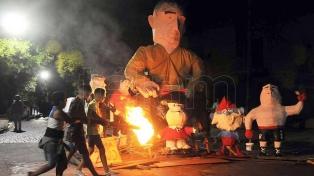 """Batman, dinosaurios, un """"Gabigol"""" y otros muñecos ardieron en para celebrar el Año Nuevo"""