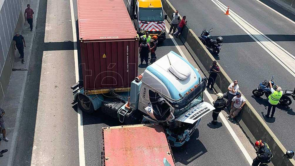 Un herido y corte del Paseo del Bajo por un choque entre cuatro camiones en Puerto Madero