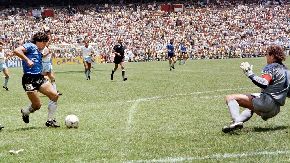 Maradona, antes de derrotar a Shilton por segunda vez en el histórico partido de México 86.