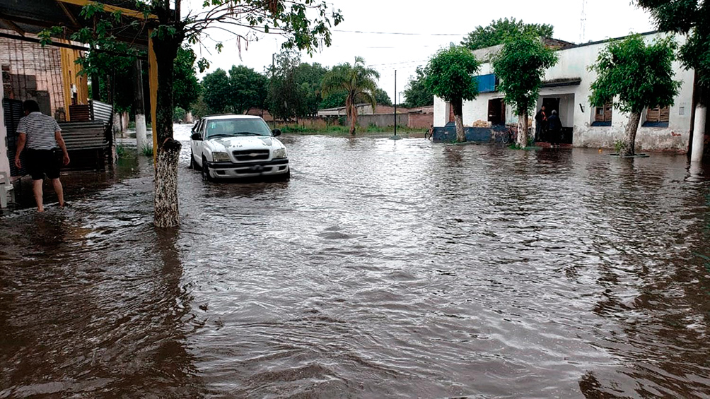 Unos 200 evacuados por un temporal que anegó calles e inundó una comisaría en Yerba Buena