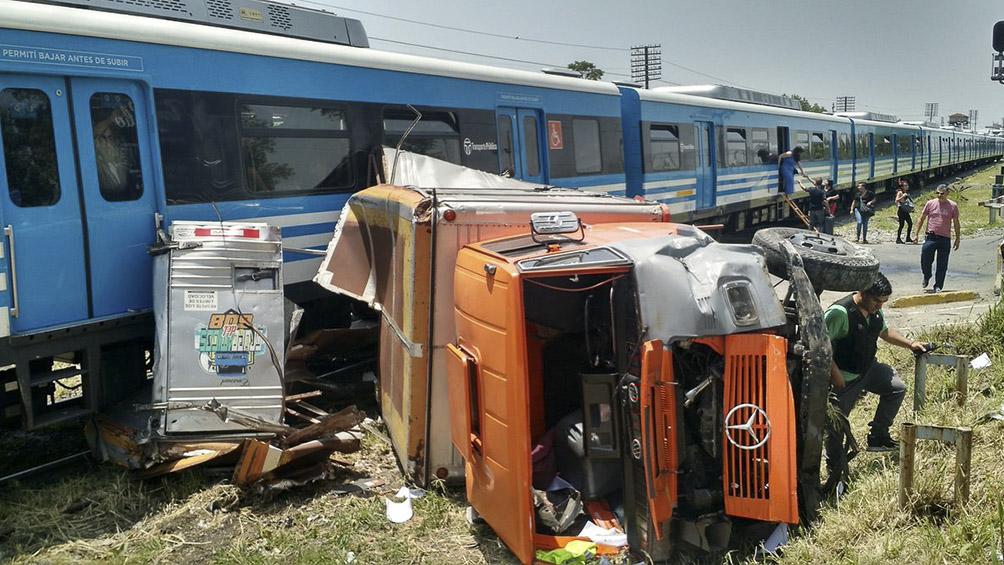 Dos heridos al chocar una formación del tren Sarmiento y un camión en Haedo