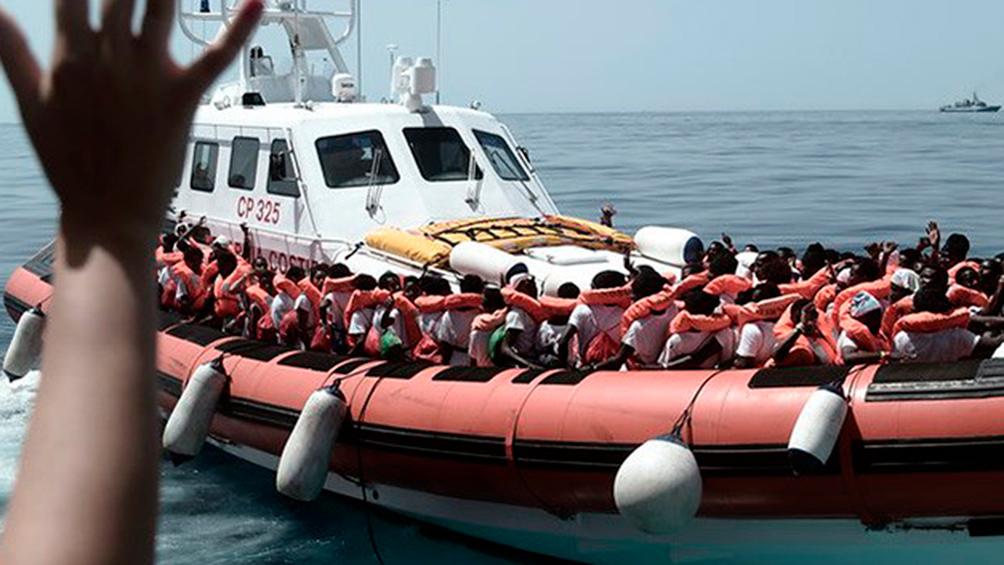 Más de 300 migrantes aguardan en barcos humanitarios que los autoricen a ingresar a Europa