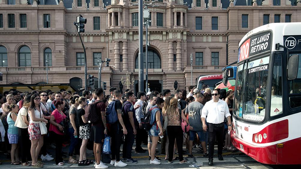 El cierre de la Línea C generó largas filas de pasajeros en las paradas de colectivos