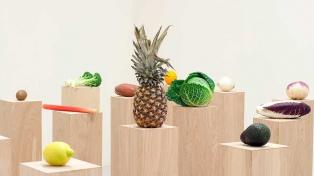 Un museo neoyorquino exhibe frutas y prepara una ensalada como parte de una muestra