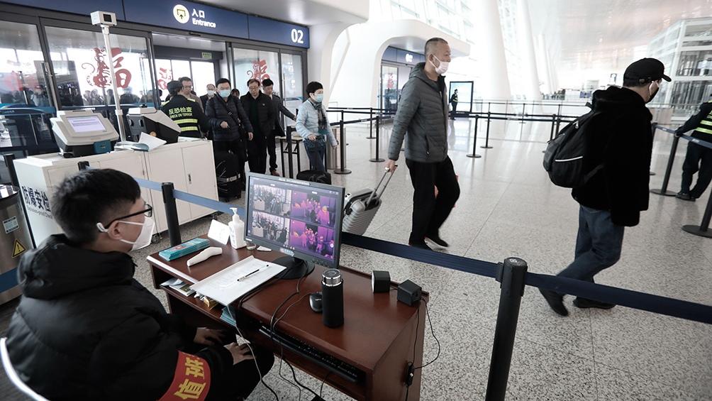 Pasajeros en el Aeropuerto Internacional de Tianhe, en Wuhan, antes de que se cerraran todos los accesos.