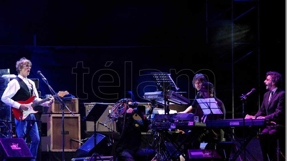4 de diciembre de 2009. Luis Alberto Spinetta y Las Bandas Eternas en el estadio de Vélez. Entre los músicos invitados estuvieron Charly, Fito, Cerati, David Lebón y Ricardo Mollo.
