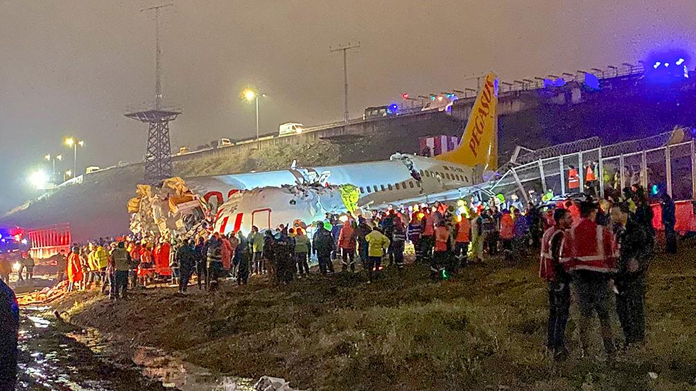 Un avión se despistó y se partió en tres: hay 120 heridos
