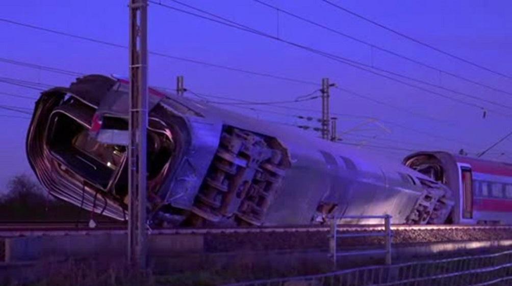 Descarriló un tren de alta velocidad: dos muertos y 30 heridos