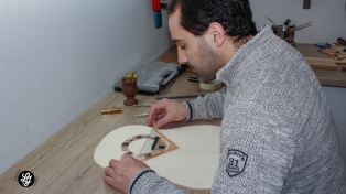 La historia del luthier argentino que hizo la guitarra que Macron le regaló a Fernández