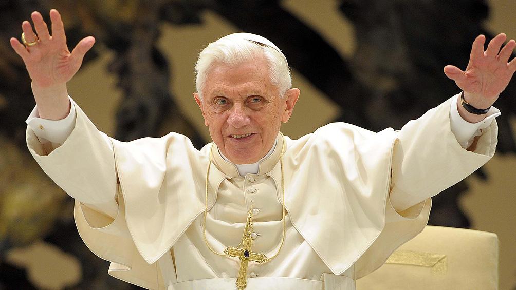 Benedicto XVI evita el silencio prometido y defiende el celibato