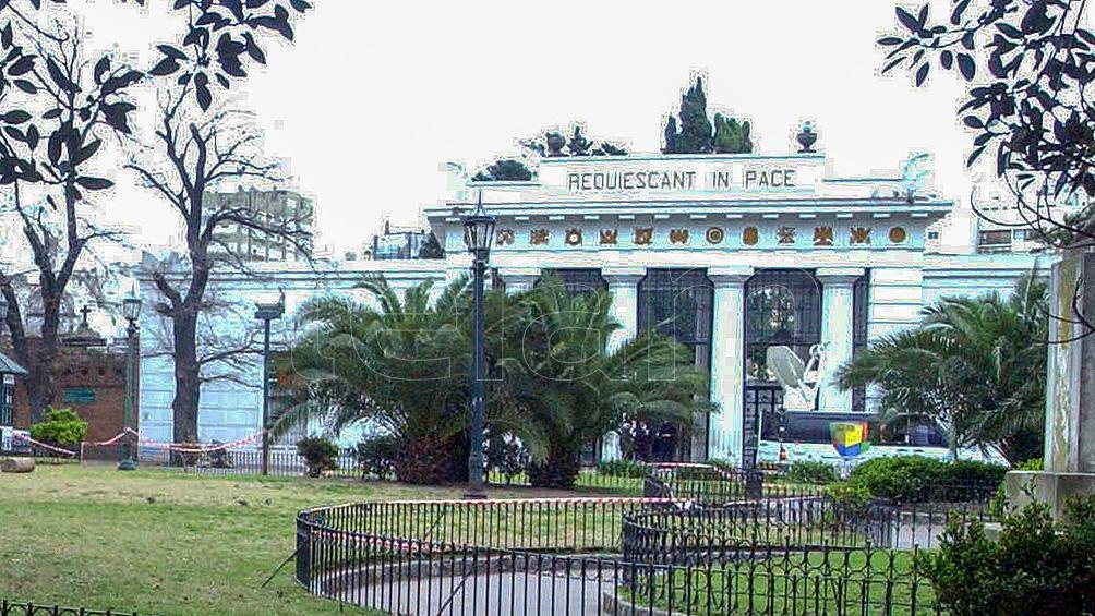 Día de los enamorados: historias de amor y desamor en el cementerio de la Recoleta